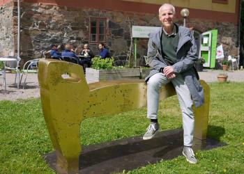 Här sitter jag på Djuret vid Nääs konsthantverk. Bilden är tagen vid en utställning 2013.